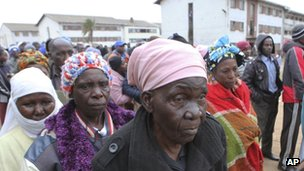 Zimbabweans wait to cast their votes in presidential and parliamentary elections in Harare, Wednesday 31 July 2013