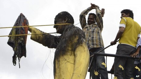 anti-Telangana protesters vandalised a statue of former prime minister Rajiv Gandhi in Kurnool district.