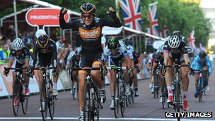 Laura Trott celebrates winning the RideLondon elite race