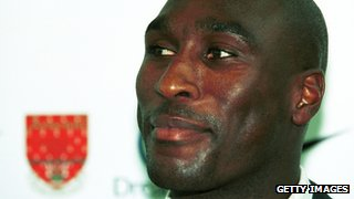 Sol Campbell joins Arsenal