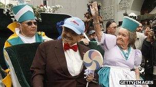 Margaret Pellegrini (waving) with fellow Munchkins Clarence Swensen and Jerry Maren in 2007