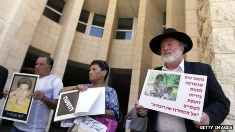 Relatives of the victims of Palestinian militant attack protest against the proposed release of 26 Palestinian prisoners outside the Israeli Supreme Court in Jerusalem (11 August 2013)