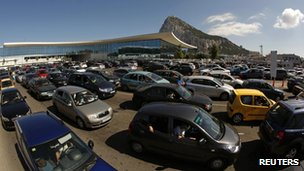 Cars queue at Gibraltar border (9 Aug 2013)