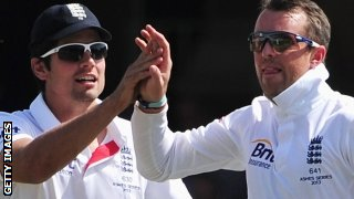Alastair Cook celebrates the wicket of Chris Rogers with Graeme Swann