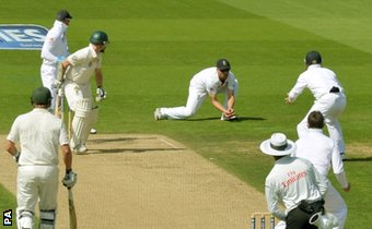 Jonathan Trott catches Chris Rogers off Graeme Swann