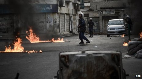 Bahraini police under petrol bomb attack in Sanabis (13/04/13)