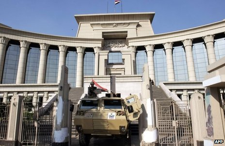Tank outside Egypt's constitutional court