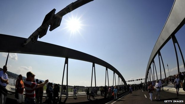 Visitors on Dresden's controversial Waldschloesschen bridge after the opening ceremony (24 August)