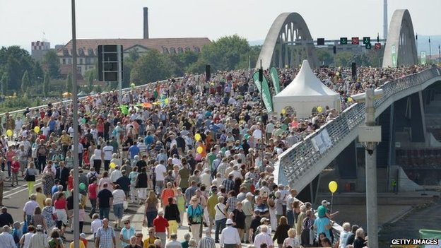 Crowds on the Waldschloesschen bridge, Dresden (24 August)