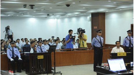 Former Chongqing city police chief Wang Lijun, right, testifies at the trial of party leader Bo Xilai, left