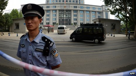 Police outside Jinan court. 25 Aug 2013