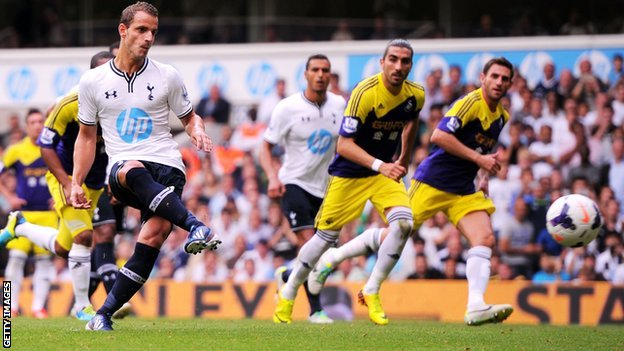 Tottenham striker Roberto Soldado scores a penalty against Swansea