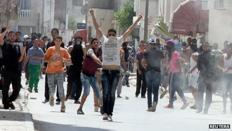 Ansar al-Sharia supporters clash with Tunisian security on 19 May 2013 in Ettadhamen