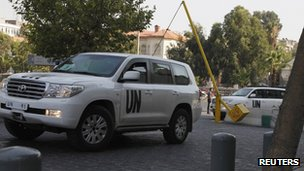 Un weapons inspectors vehicle entering hotel