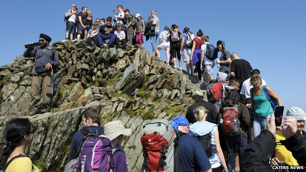 Walkers form queue at Snowdon's peak