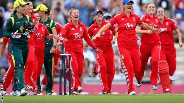 England players celebrate winning the Women's Ashes