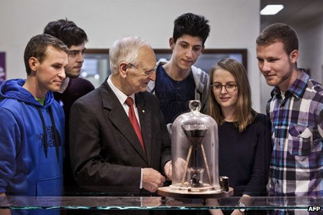 John Mainstone demonstrates the pitch drop experiment to students