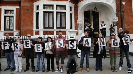 "Supporters of Wikileaks founder Julian Assange show letters that read ""Free Assange"" as they wait for his appearance in front of the Ecuadorian Embassy in London, 16 June 2013"