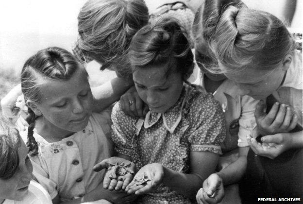 Some children gathered around holding potato beetles - image taken in East Germany in 1950 (Federal Archives/Bundesarchiv, Bild 183-S99732 / photo: Schmidtke)