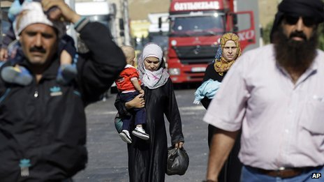 Syrian refugees arrive at the Turkish Cilvegozu gate border, Wednesday, Sept 4