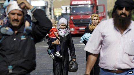 Syrian refugees arrive at the Turkish Cilvegozu gate border, Wednesday, Sept 4