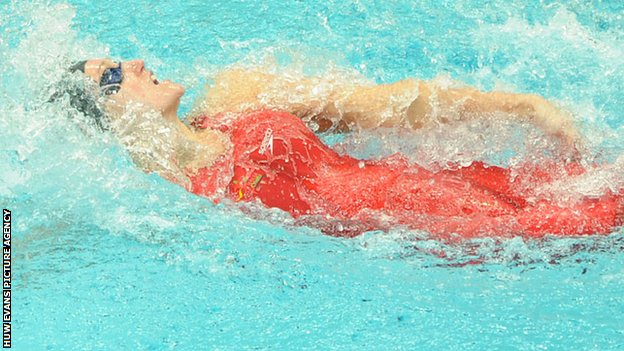 Georgia Davies on her way to 50m backstroke bronze in Delhi