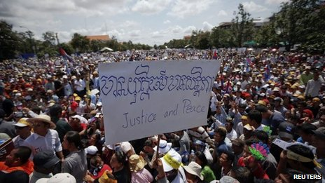 A supporter of the Cambodia National Rescue Party (CNRP) holds a banner during a rally in Phnom Penh, Cambodia, 7 September 2013