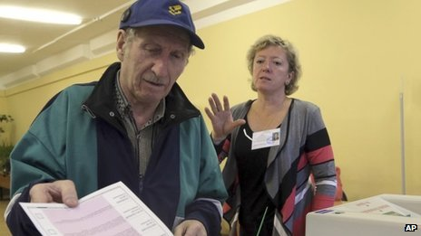 A man casts his ballot in Moscow's mayoral election in Moscow