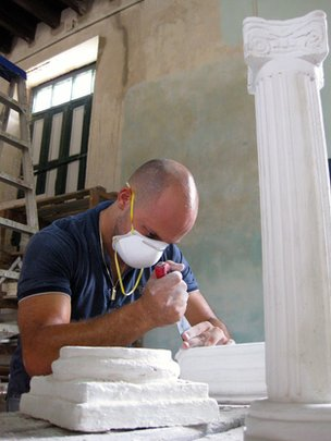 Student working in the Capitolio's restoration workshop