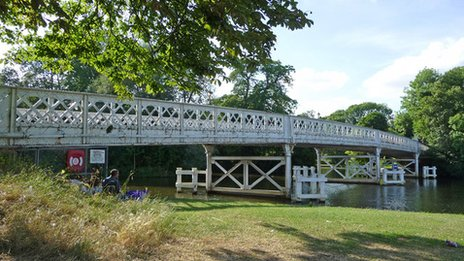 Whitchurch-On-Thames river bridge