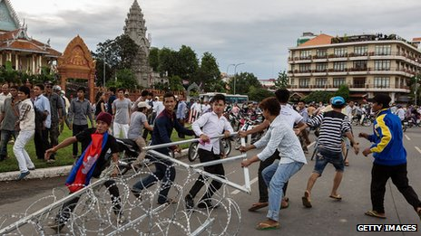 Protesters tear down police barricades in Phnom Penh (15 September 2013)