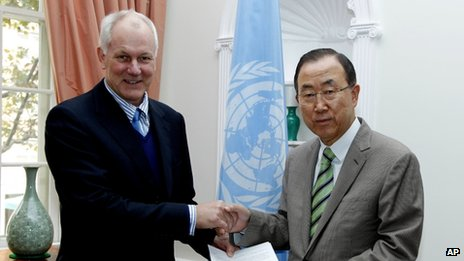 Professor Ake Sellstrom (left) head of the chemical weapons team working in Syria, hands over the report on the Al-Ghouta massacre to UN Secretary-General Ban Ki-moon on Sunday