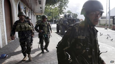 Government troops from Task Force Zamboanga prepare to take their positions as renewed fighting between government forces and Muslim rebels enters its second week (16 Sept. 2013)