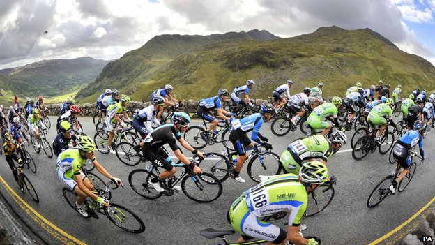 Peloton ascends Pen y Pass