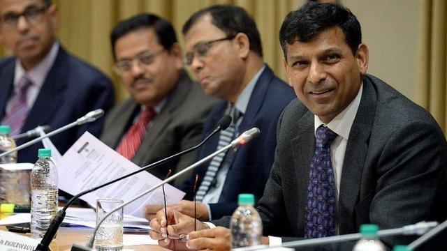 Raghuram Rajan (R) during RBI news conference