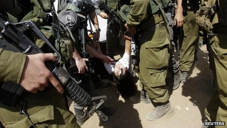 Marion Fesneau-Castaing surrounded by Israeli border police (20/09/13)