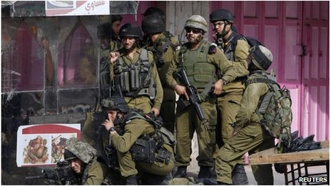Israeli soldiers in position in Hebron (22 Sept 2013)