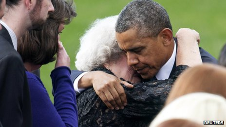 President Barack Obama hugs a family member of a victim slain in the Washington Navy Yard shooting during a memorial service in Washington (22 September 2013)