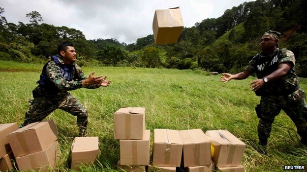 Soldiers unload disaster relief items on the mountain range of Zihuatanejo in Guerrero state on 22 September, 2013