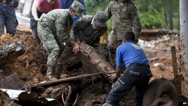 Rescue workers and soldiers search for bodies at the site of a landslide in the village of La Pintada, Mexico, on 22 September, 2013
