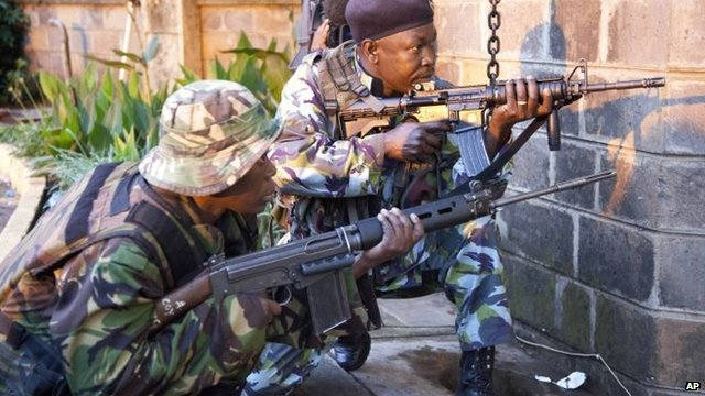 Kenyan security forces take cover outside Westgate Shopping Mall