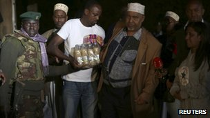 Members of Nairobi's Somali community are seen here delivering food and drinks to soldiers and security personnel near the Westgate shopping centre.