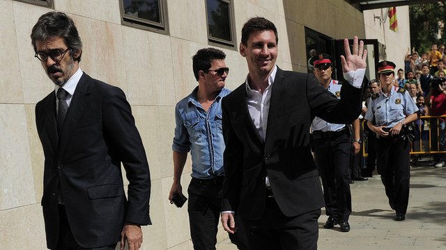 Lionel Messi waves to supporters as he leaves the courthouse near Barcelona (27 September 2013)