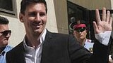 Barcelona football star Lionel Messi (C), his brother Rodrigo and lawyer Cristobal Martell (L) leave the courthouse in the coastal town of Gava near Barcelona (27 September 2013)
