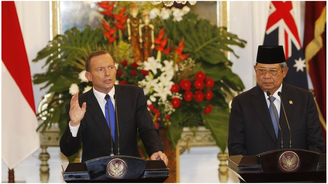 Australia's Prime Minister Tony Abbott speaks beside Indonesia's President Susilo Bambang Yudhoyono during a joint news conference at the Presidential Palace in Jakarta (30 September 2013)