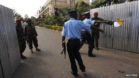 Kenya police and military officers control the temporary entrance erected at the Westgate shopping mall following the recent attack in Kenya's capital Nairobi (30 September 2013)
