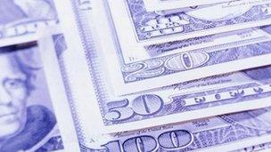 Pilha de notas de dólar