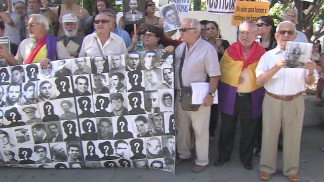 Madrid protest by relatives of Franco-era victims, 25 Sep 13