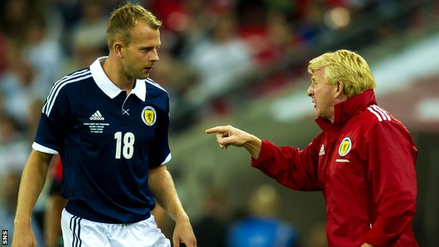 Jordan Rhodes is given instructions from Gordon Strachan