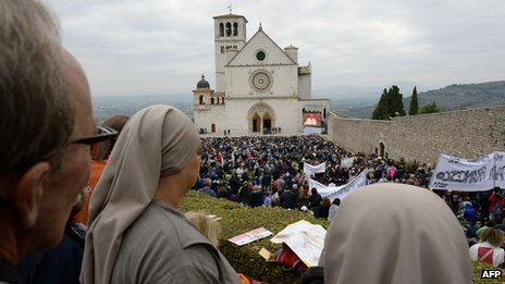 Faithful gather in front of the St Francis Basilica before a mass of Pope Francis as part of his pastoral visit on October 4, 2013 in Assisi.